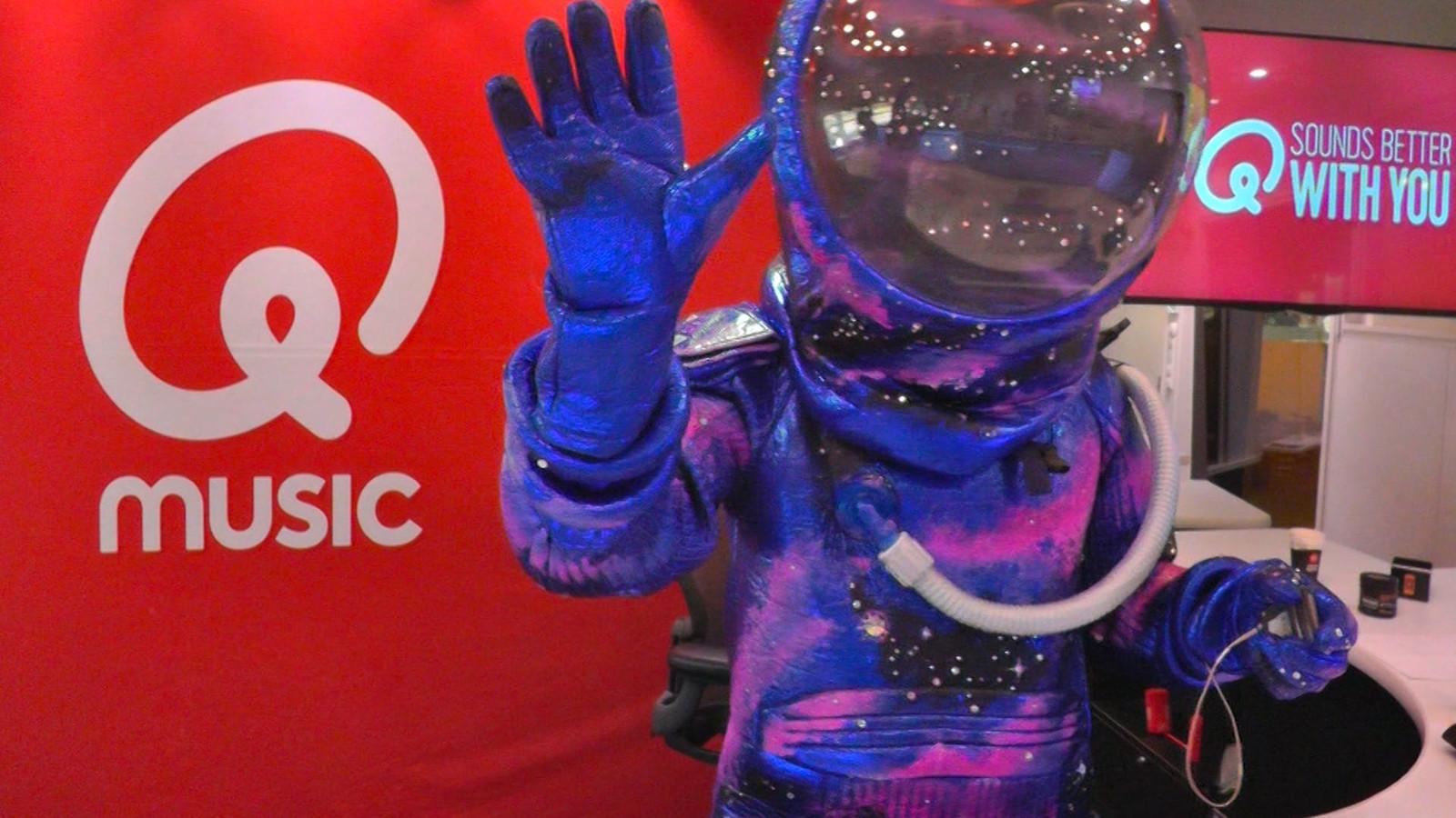 De astronaut in de studio van Qmusic.