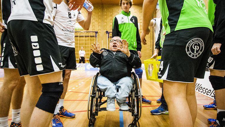 Volleybalcoach Gert Veldhuizen van Alterno instrueert zijn team tijdens de wedstrijd tegen Rivo Rijssen. Beeld Jiri Buller