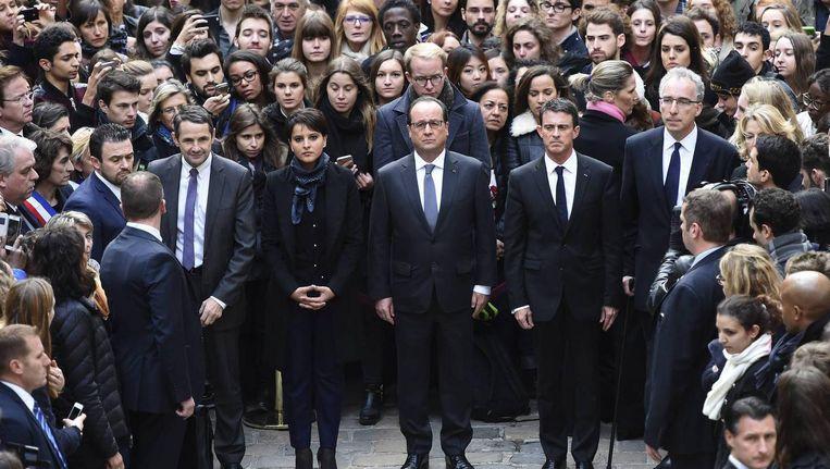 De Franse president was een minuut stil nabij de Sorbonne-universiteit in Parijs. Beeld Reuters