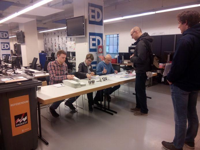 Om half 8 waren de eerste stemmers bij het stembureau op de redactie van het ED.