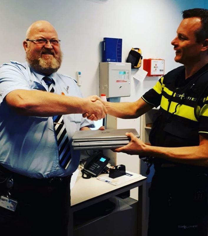 Het hoofd van de beveiliging van ROC krijgt de laptops terug van de politie.