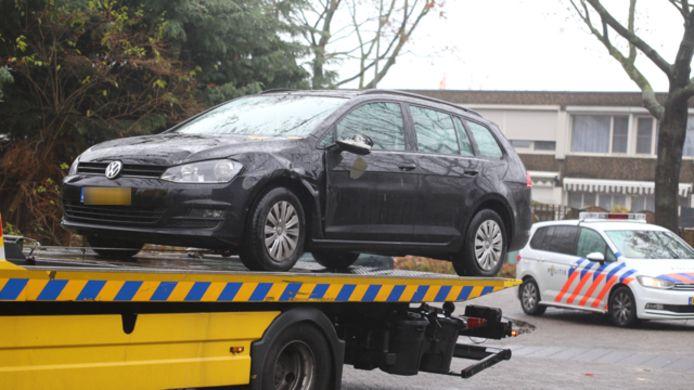De auto die in beslag werd genomen bij de Slagendreef, met beschadigde spiegel.