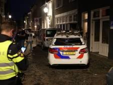 Verwarde man gooit in Kampen tientallen dakpannen naar beneden: twee auto's total loss
