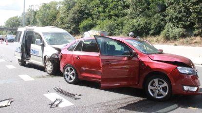 Ongeval met drie auto's op R8: zwangere vrouw wordt achteraan aangereden