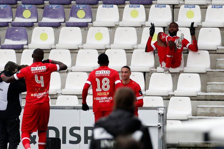 'Lamkel Zé neemt na zijn doelpunt in de derby tegen Beerschot plaats in de tribunes. 'Als Ritchie De Laet zoiets doet, heeft hij een week later een standbeeld op de Bosuil.' Beeld Photo News
