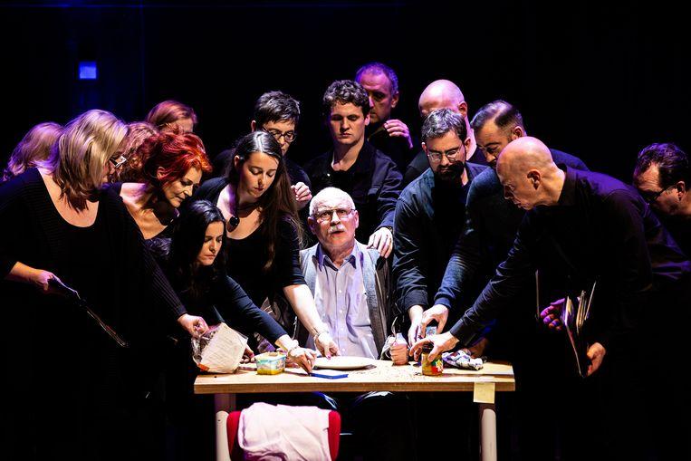 Het Nederlands Kamerkoor creëerde in samenwerking met Peter Dijkstra de voorstelling Vergeten. Beeld Melle Meivogel