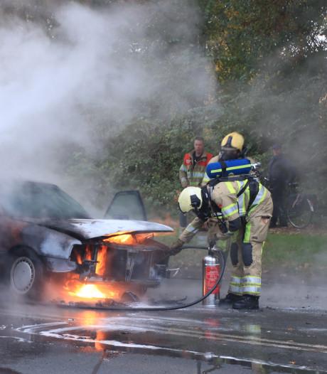 Brandweerlieden blussen auto op rondweg in Veenendaal