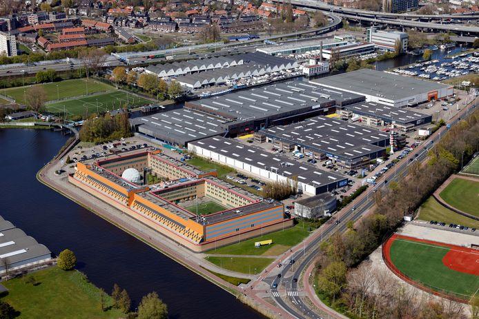 Het gebouw van de Rotterdamse gevangenis De Schie vanuit de lucht. De PI merkt dat er steeds weer nieuwe manieren worden bedacht om spullen naar binnen te smokkelen.