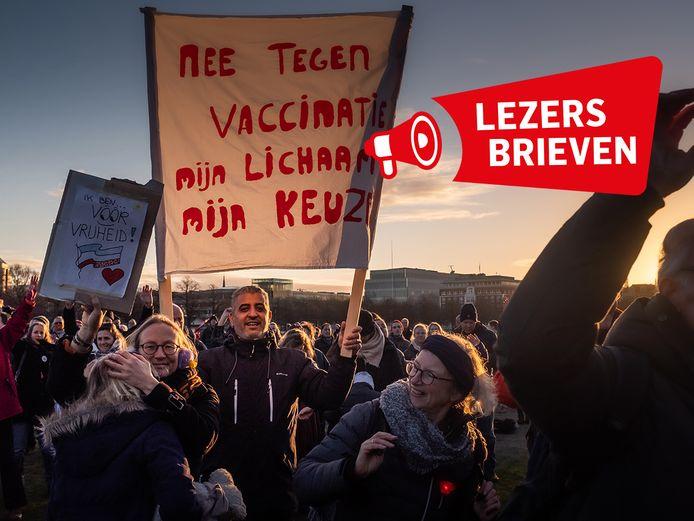 Actievoerders van Viruswaarheid protesteren afgelopen januari op het Malieveld te Den Haag, onder meer tegen het massaal vaccineren.