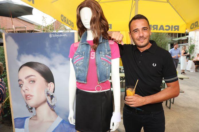 """Nick Laenen van Blind Getrouwd poseert met een paspop die helemaal gekleed is in de stijl van Olga Leyers. """"Neen, dit is niet mijn nieuwe partner"""", lacht hij. Zelf heeft Nick sinds kort de liefde van zijn leven gevonden, maar zijn vriend blijft liever uit de schijnwerpers."""