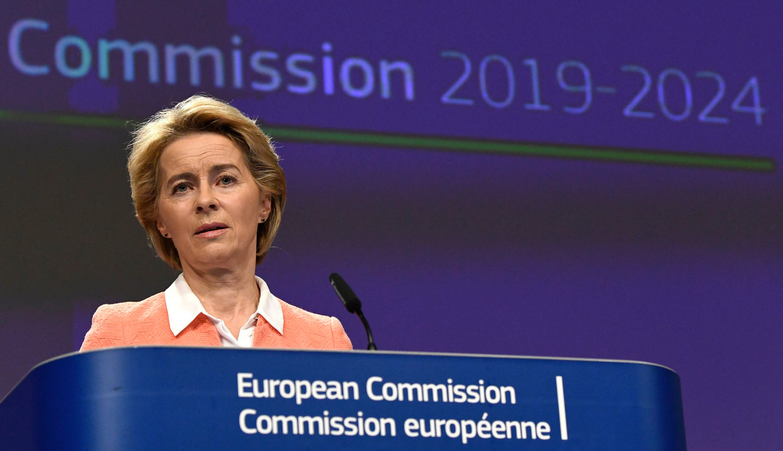 Ook Europees Commissievoorzitter Ursula von der Leyen loopt tegen de kritiek op dat de vaccinatiecampagne traag op gang komt.   Beeld Photo News
