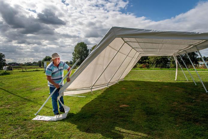 Cees Roffelsen aan het werk op zijn camping. Die wijkt misschien voor een nevengeul.