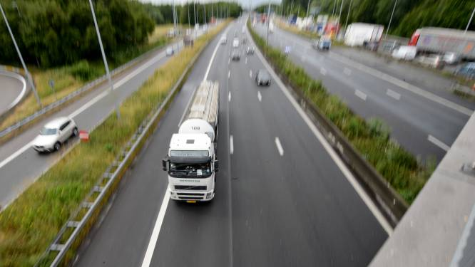 Vrachtwagen raakt brug boven E40 in Aalst, heel wat file