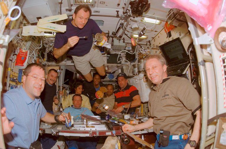 De 'Deep Space Food Challenge' daagt creatieve geesten uit om een doeltreffend voedselsysteem bedenken voor de nakende Marsmissies. In beeld: Astronauten die samen eten in het International Space Station (ISS). Beeld Jonathan William Mitchell