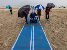 Rolstoelers kunnen nu zelf het strand op dankzij oprolbare strandmatten van Avavieren