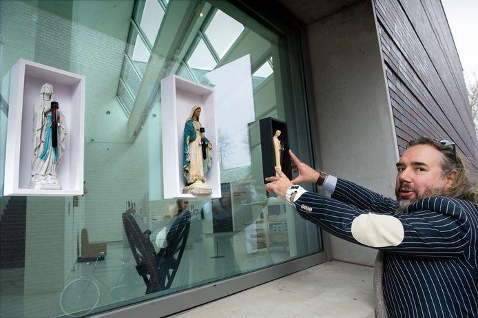 Ralph Posset bij een van zijn laatste stunts: het bevestigen van werkjes met Mariabeeldjes aan de ramen van het Noordbrabants Museum.