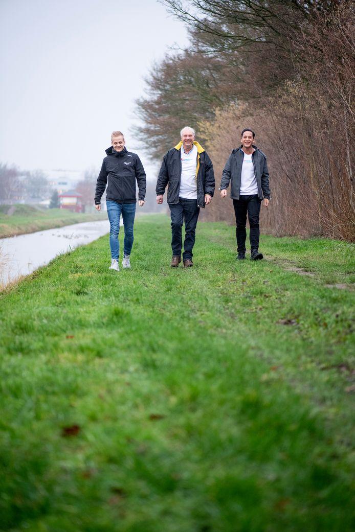 Jan Willem Dangremond, Gerrit van 't Hag en Eef Haulussy (vanaf links). Het helpt als je met anderen kunt gaan wandelen, er begeleiding is en het bovendien gezellig is.