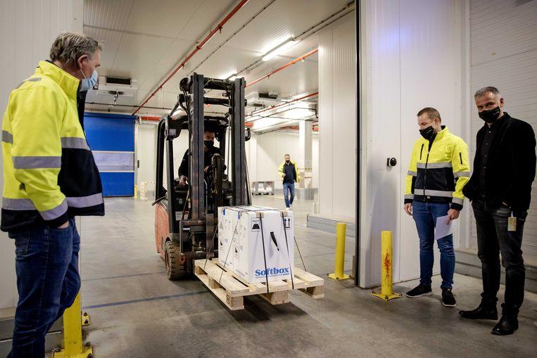 De eerste coronavaccins, van Pfizer en BioNTech, komen met een transport aan in Nederland.  Beeld ANP