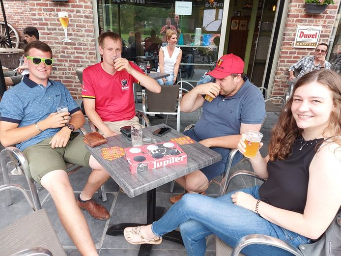 Gerdy Leys, Jeroen Camerlynck, Tom Blanckaert en Louise Buyse supporteren mee in café 'In de Ster'.