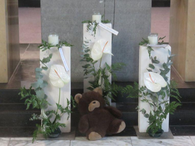 Aan het altaar tijdens de misviering brandden drie kaarsen voor de slachtoffers van het drama in Fabeltjesland.