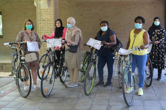 De deelnemers die aanwezig waren op de diploma-uitreiking ontvingen onmiddellijk een fiets.
