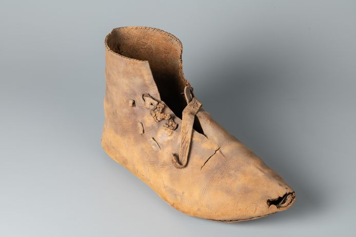 Leren schoen uit de 14de eeuw uit een waterput in Winterswijk.