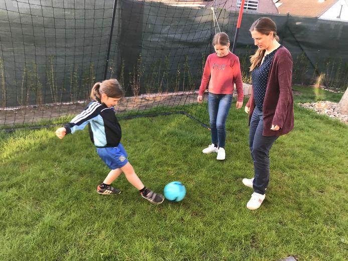 Mama Mieke Depoot uit Oostende speelde jarenlang voetbal en ziet ook haar dochtertje Femke (links) de sport ontdekken.