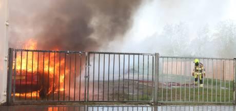 Twaalf auto's verwoest door brand bij autobedrijf in Dreumel