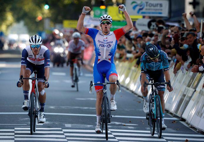 Arnaud Démare was in de sprint te sterk voor Franck Bonnamour en Jasper Stuyven.