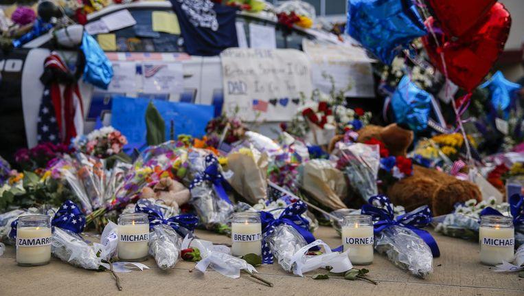 Kaarsen met de namen van de vijf politie-agenten die in Dallas zijn neergeschoten. Beeld epa