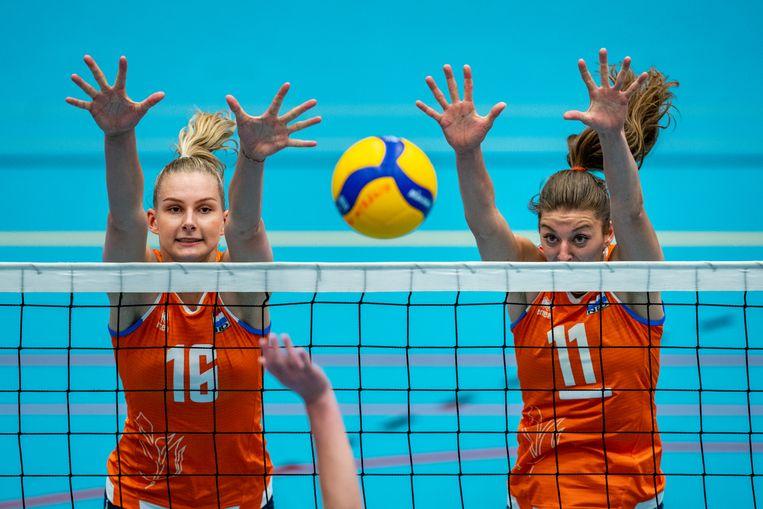 Indy Baijens Anne Buijs proberen de bal te blokken in de oefenwedstrijd tegen België. Beeld Foto Ronald Hoogendoorn