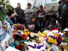 """""""On t'aime Kobe"""": à Los Angeles, des fans atterrés viennent pleurer leur idole"""