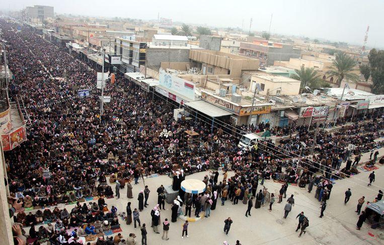 Soennitische demonstranten nemen deel aan het vrijdaggebed in Fallujah Beeld EPA