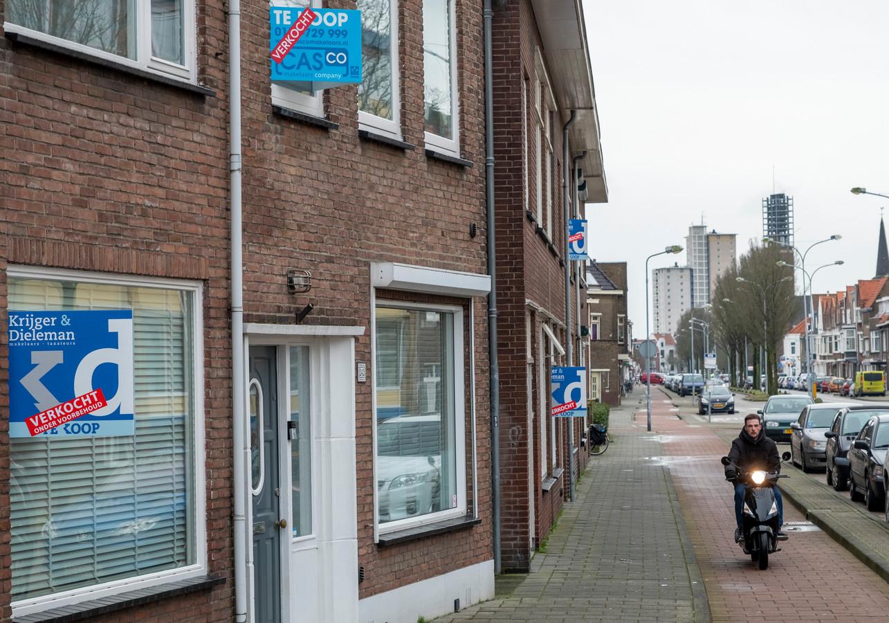 De Paul Krugerstraat in Vlissingen, waar mensen hun woning tien jaar geleden aan de straatstenen niet kwijtraakten. Ze gaan er nu als warme broodjes over de toonbank.