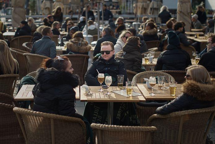Op de terrassen in Stockholm wordt 'social distancing' voorzichtig nagevolgd.