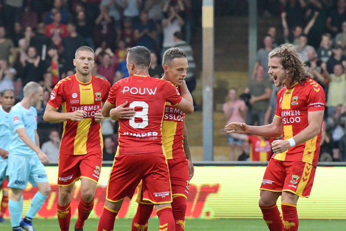 Alexander Bannink, Antoine Rabillard,Jaroslav Navrati, Mael Corboz van Go Ahead Eagles vieren feest.