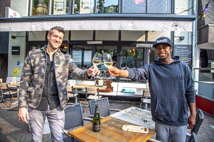 Pieter Blaauwhof, eigenaar van wijnbar Oak, en Typhoon (Glenn de Randamie) die de wijnfair van Oak op 25 september opent met een optreden.
