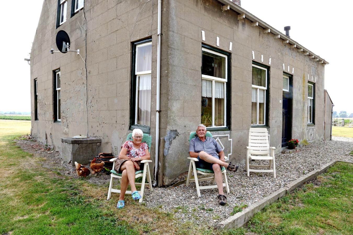 Rie en Leen Jansen voor hun huis aan de weg naar Paradijs, een buurtschap in Zeeuws-Vlaanderen.