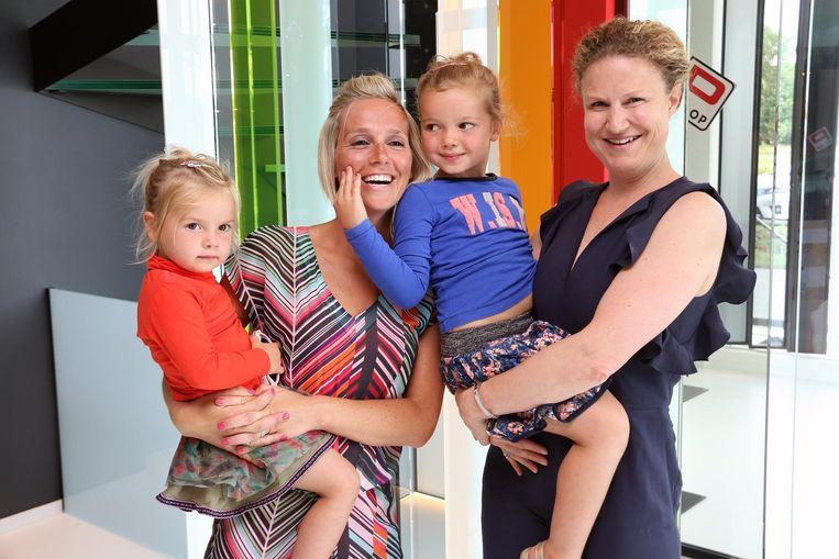 Fleur (midden) en haar zusje Féline, mama Nore Jansens (links) en Ruth Renders van Pglas, tevens een goede vriendin van het gezin Willems.