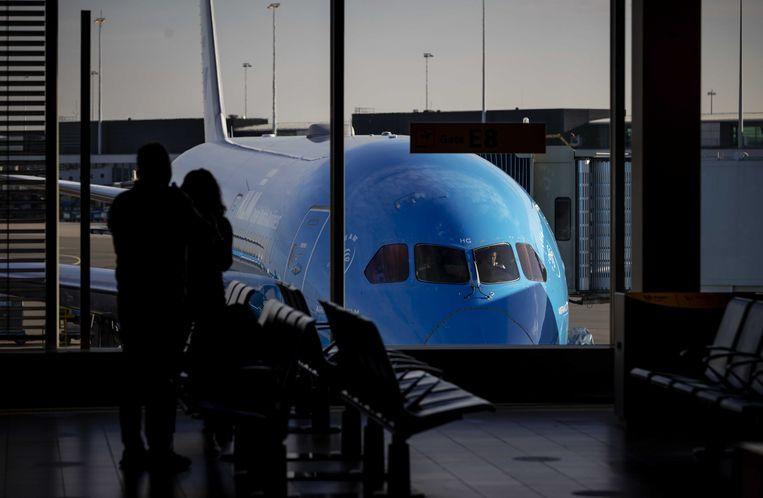 Schiphol in coronatijd. Als de luchtvaart straks weer gaat groeien, wil het kabinet daar ruimte voor geven.  Beeld ANP