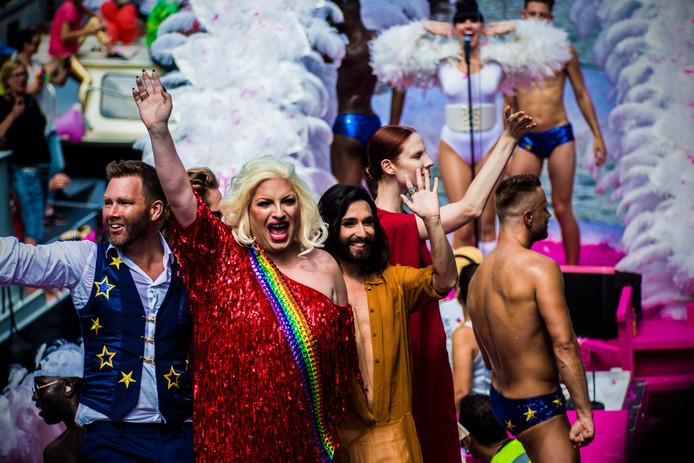 Conchita Wurst (r) tijdens een eerdere editie van de botenparade van Pride Amsterdam.