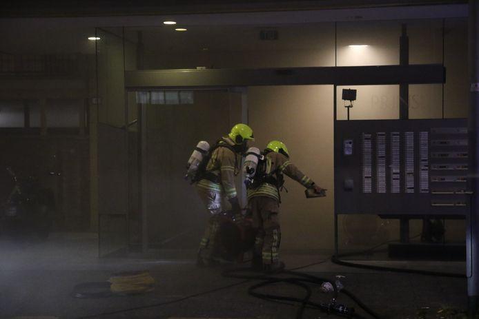 Er komt veel rook vrij bij de brand.