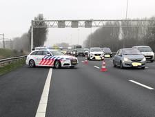 Weggebruikers dwingen stomdronken vrouw  tot stoppen op A16