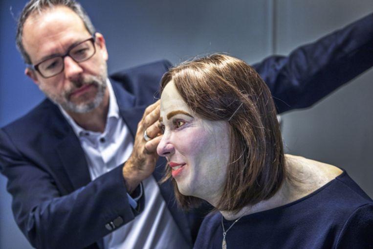 Futuroloog William Higham met de pop Emma , zijn toekomstvisie op hoe de mens eruit komt te zien door dagelijks uren achter de computer te zitten en nauwelijks te bewegen. Beeld Raymond Rutting / de Volkskrant