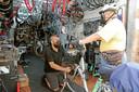 Víctor Cobaleda pompt in zijn wielerwerkplaats Taller de Bicicleta de banden van Juan Haldón op.