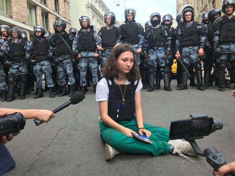 Olga Misik leest in juli 2019 in Moskou, gehuld in een kogelvrij vest, grondwetsartikelen voor over meningsvrijheid en het recht op demonstreren. Beeld AP