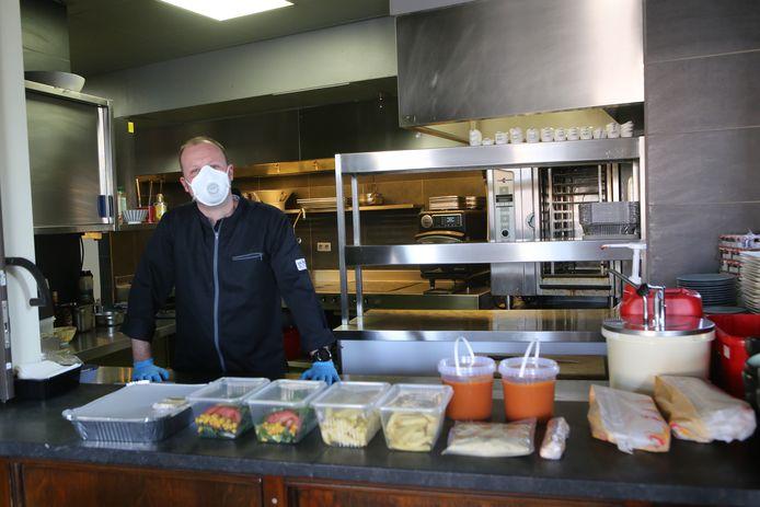 Bij de afhaal is enkel Niki aanwezig; met mondmasker en handschoenen aan geeft hij je eten mee.