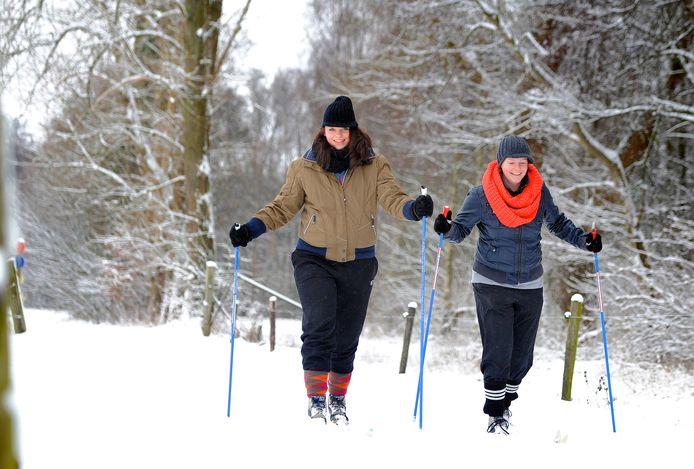 Een beeld uit 2013 zoals we dat lange tijd niet meer gezien hebben: langlaufen door het Twentse landschap. Marlie Bekhuis en Marije van het Oever bonden toen bij 't Wubbenhof de lange latten onder voor een tocht door de sneeuw.