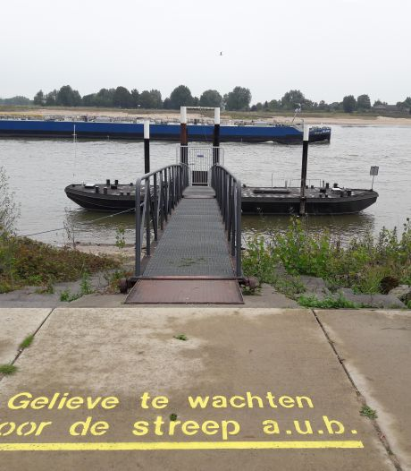 Fiets- en voetveertjes gaan weer in de vaart, maar waterpeil in Waal is dreigend laag