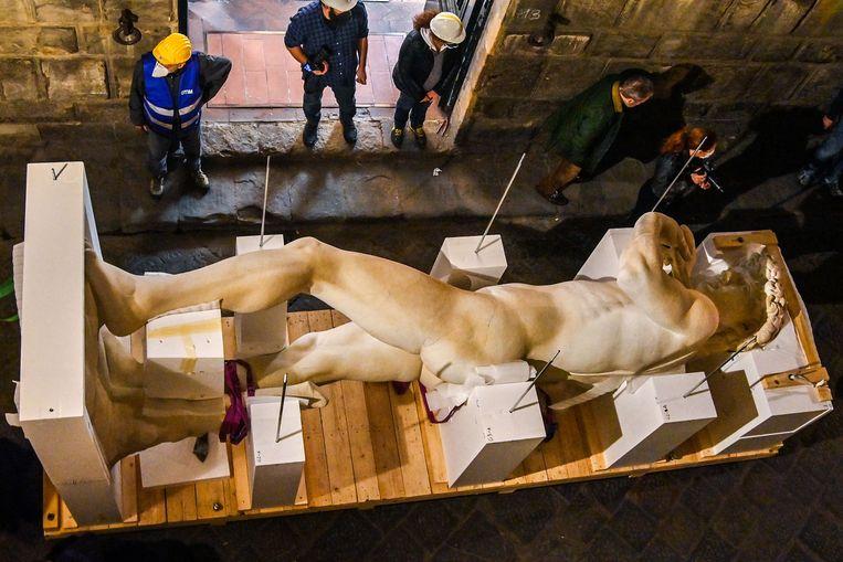 De David van Michelangelo heeft een plastic broertje gekregen, uit een 3D-printer. Het vijf meter hoge standbeeld is naar een studio in Florence vervoerd, waar een poederlaag voor een marmereffect moet zorgen. Van daaruit reist de kloon naar de Verenigde Arabische Emiraten voor de Dubai Expo. Beeld AFP